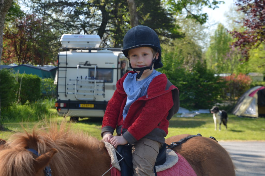 To show pony rides being organised on campsite Moulin de la Pique.