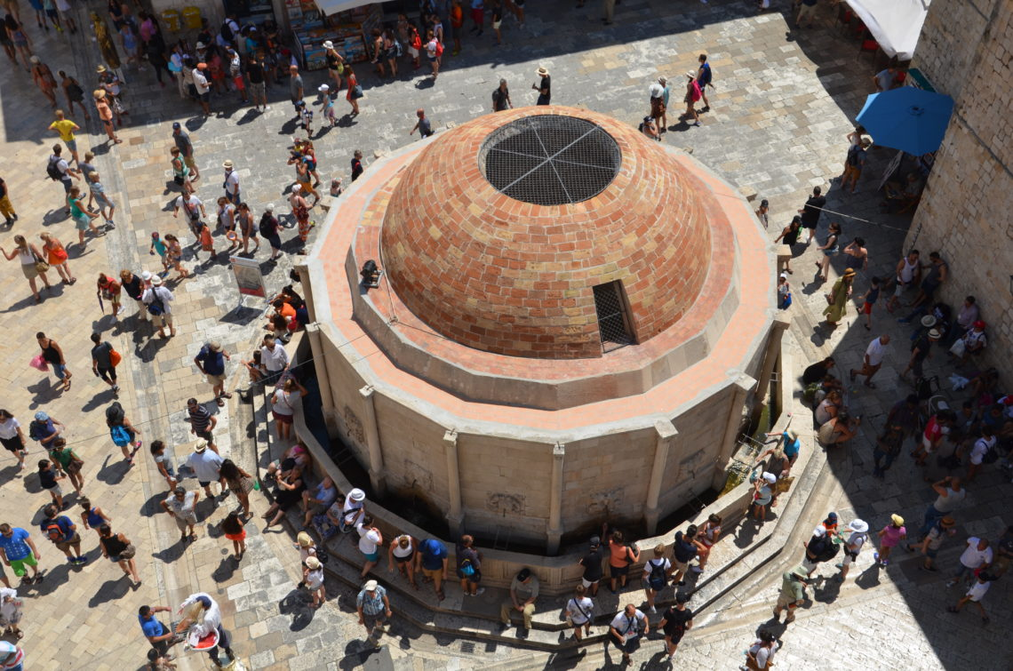 To show a picture of the onofrio fountain from above.
