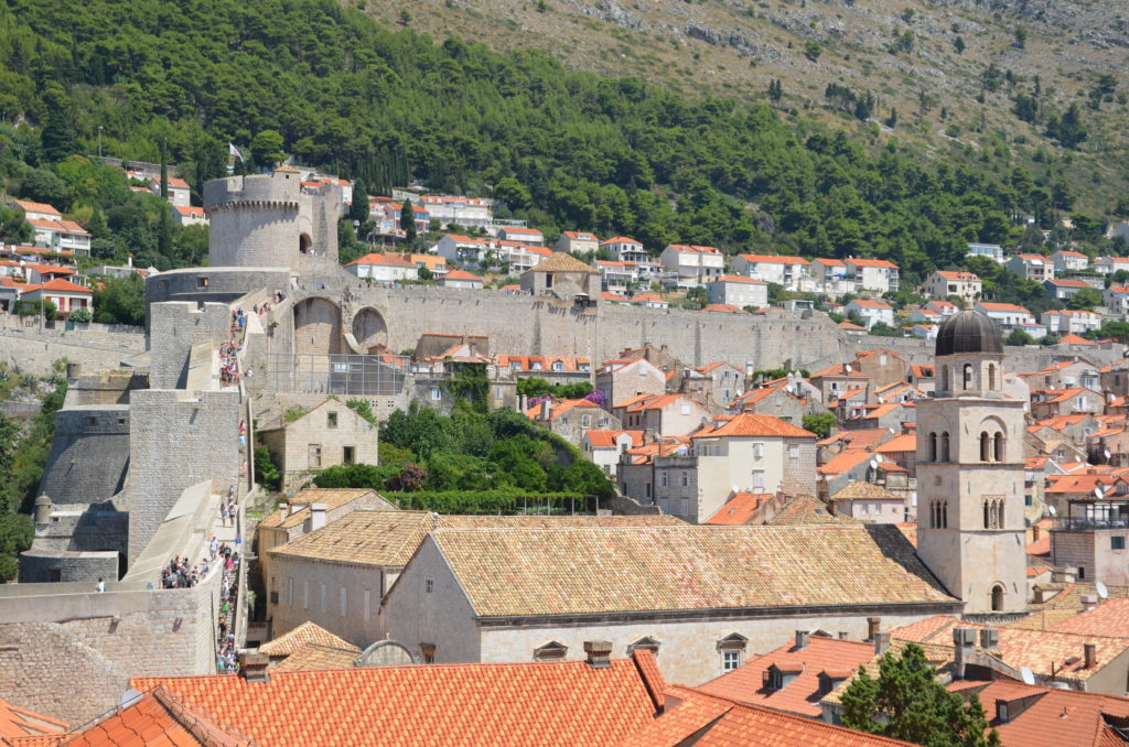 To show how crowded the walls can be and to let see a part of Dubrovnik. Day in Dubrovnik
