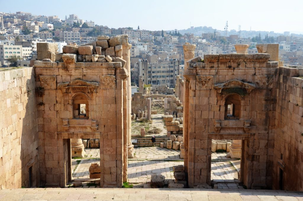 To show how Jerash looks, a part of our tour through Jordan. In the front is an ancient Roman city ruins, behind it the new city.