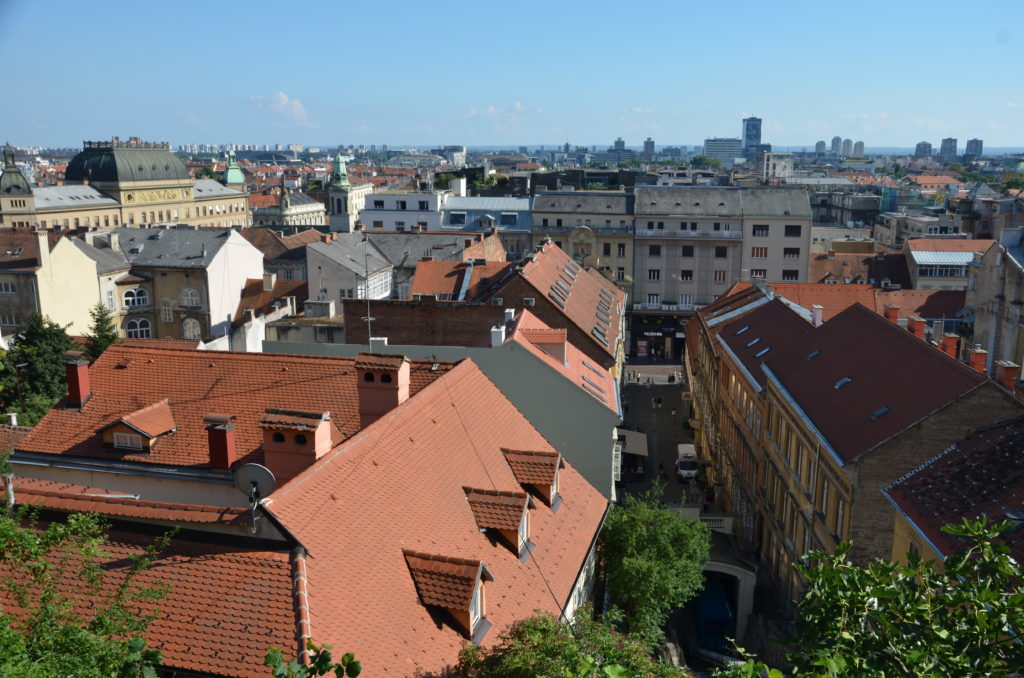 To show the beautiful view on downtown Zagreb from the Strossmayer promenade. You see buildings woth red roofs and flats.