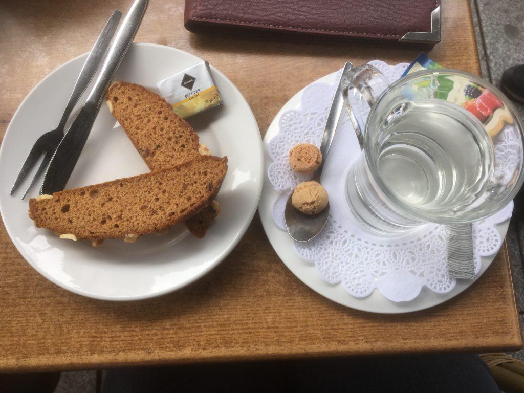 To show tea and the Bossche koek. Eat in Den Bosch