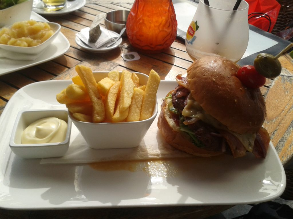To show the burger I had for lunch at Basilica. Eat in Maastricht