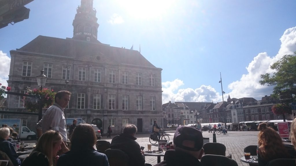 To show the View on the town hall. Eat in Maastricht