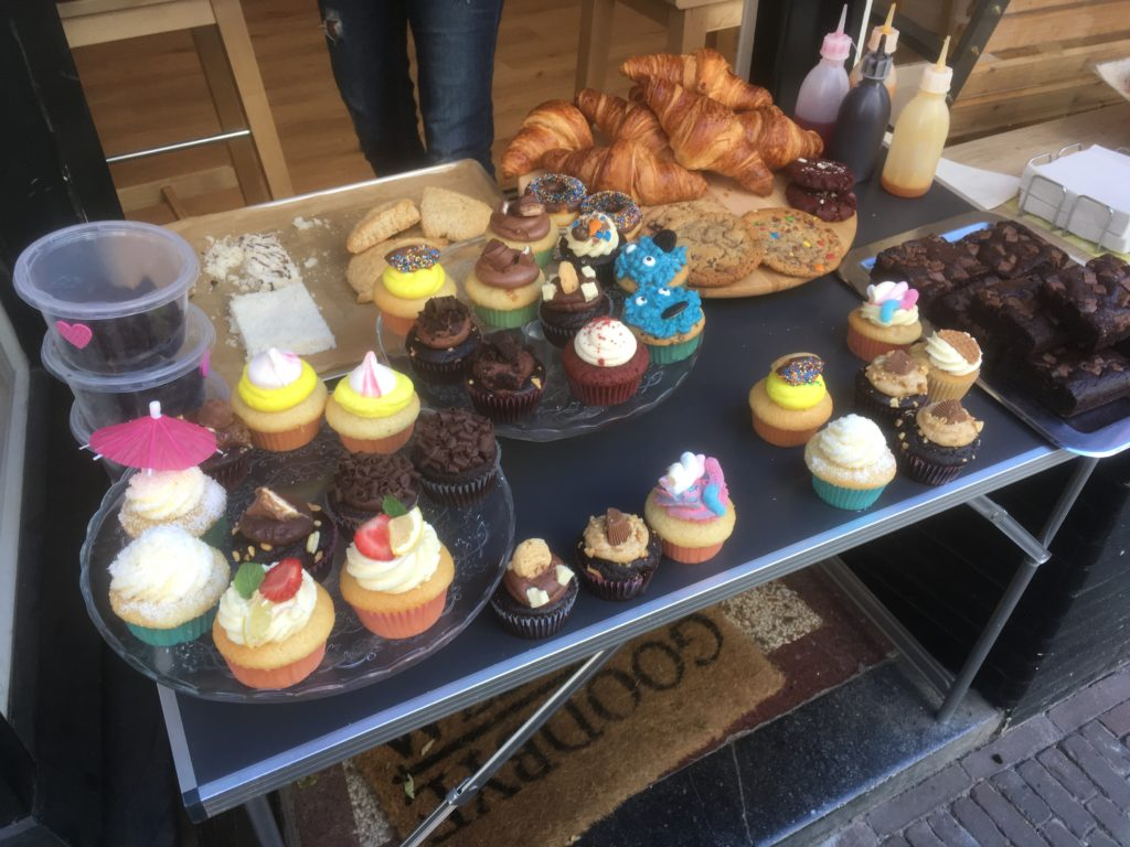 To show the stand outside at I love cupcakes.