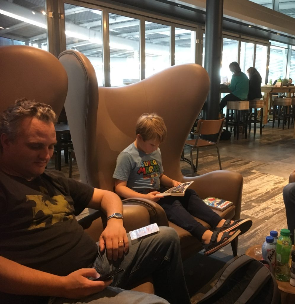 To show Paul and Yuri in the armchairs at Bistrot Utrecht Centraal. Eat in Utrecht