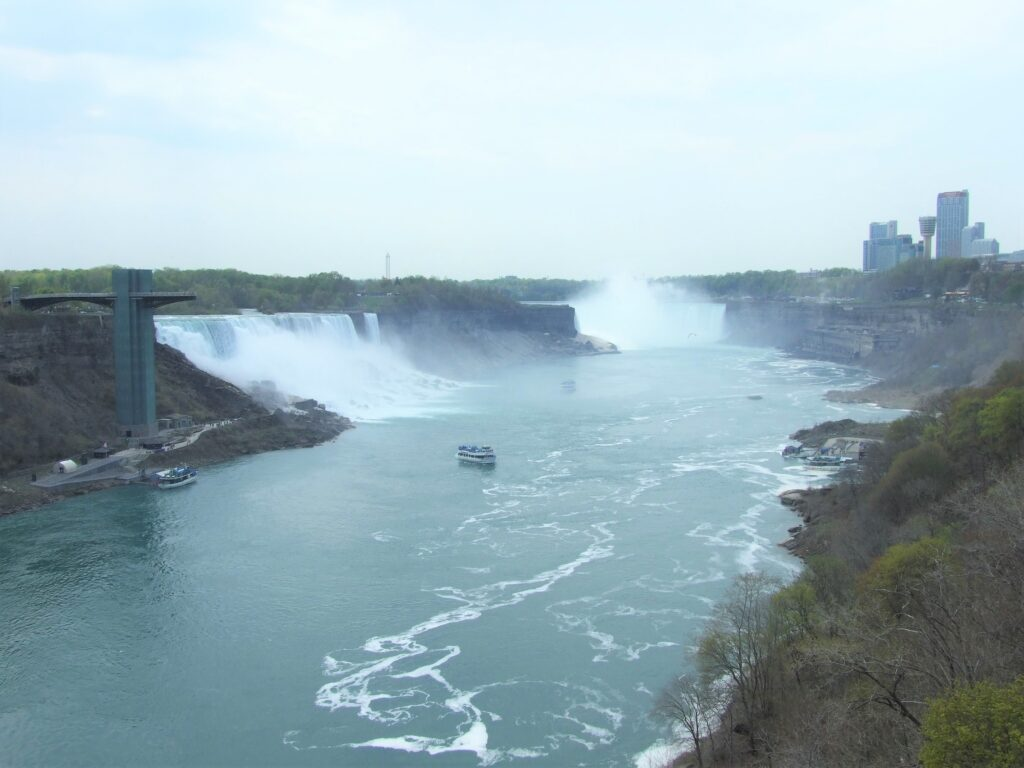 Niagara Falls, with in the back on the right the Horseshoe Falls, in the front on the left the American Falls. In front the Niagara river with a Maid of the Mist boat, these are one of the most beautiful waterfalls in North America