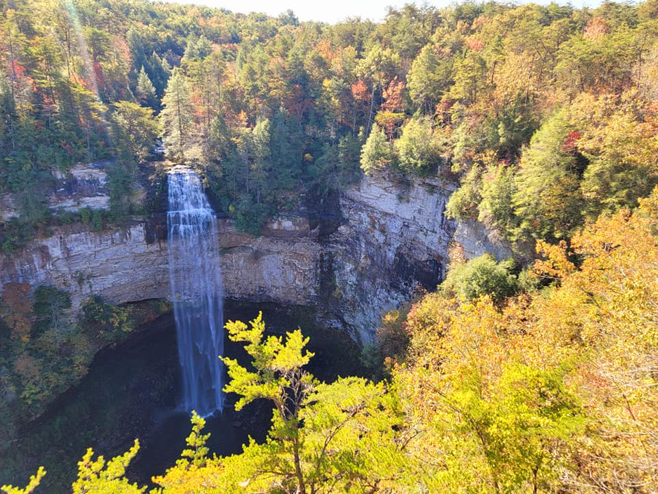 Fall Creek Falls, plunching down over the edge in a deep pool, a free space in the colorful forest.