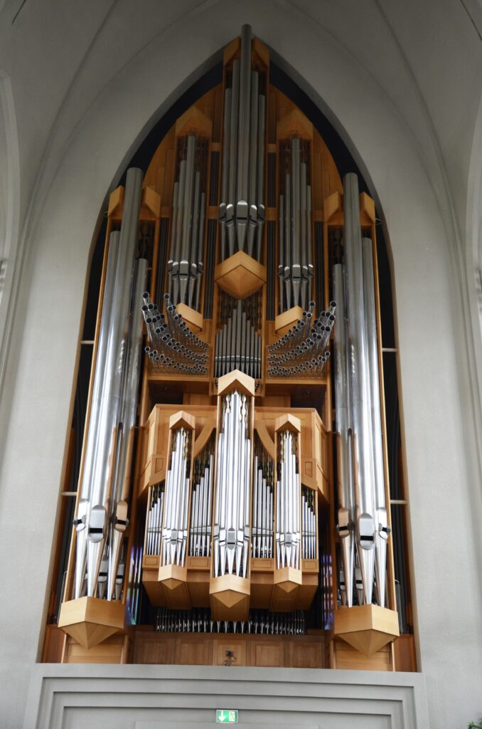 The organ, as seen from the front