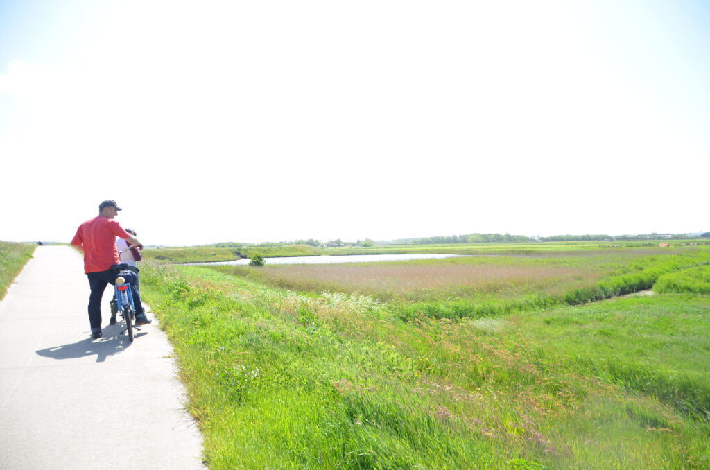 Biking in the direction of De Waal, Paul and Yuri on the tandem to the left