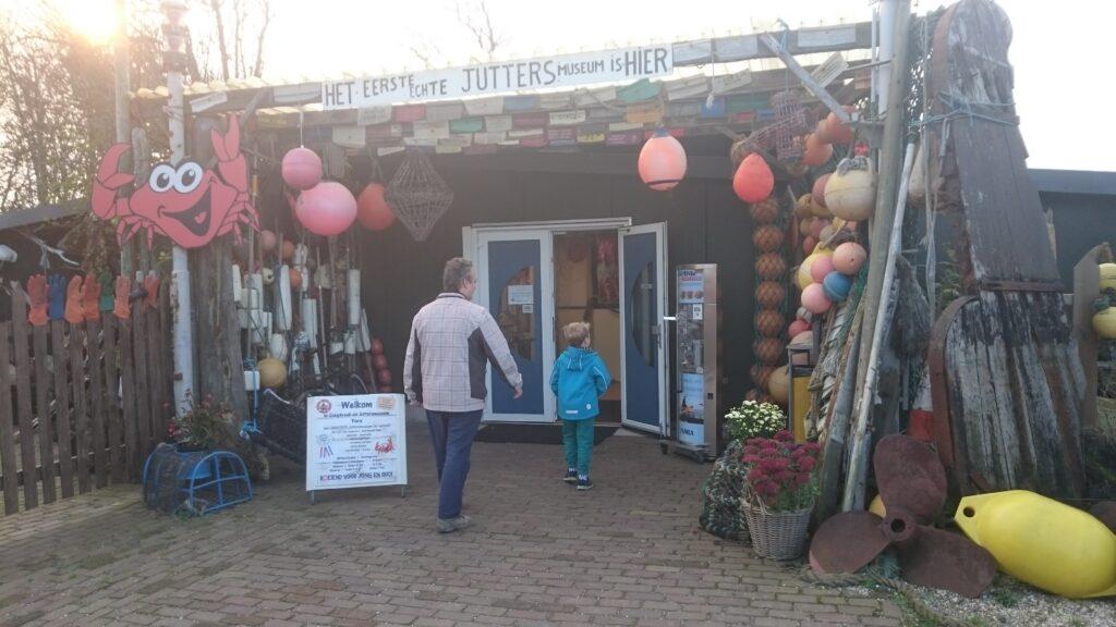 Maritiem- en Juttersmuseum (Maritime- and Beach combing museum), Paul and Yuri are entering the museum