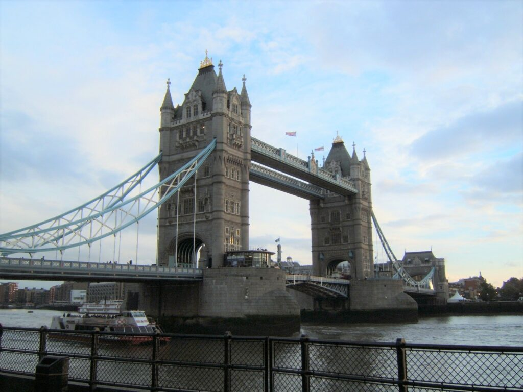 Tower Bridge, as seen from the bank of the river