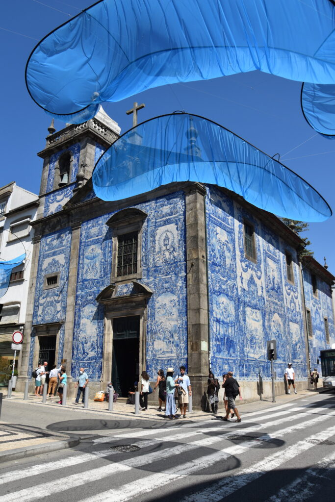 Capela das Almas, a church with blue and white tiles mozaiks on the outside